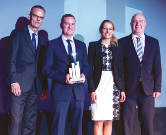 Lars Detlefs überreichte den Award an Lutz Hofmann und Maria Güntner. Laudator Dr. Peter König komplettiert das glückliche Vierergespann (v.l.n.r.). (© Andreas Schwarz)