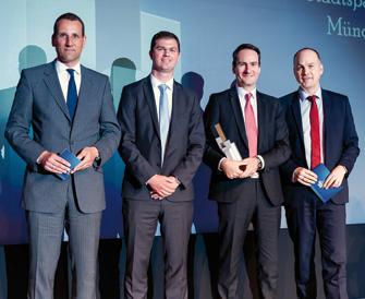 Jürgen Florack überreichte den Award an Sascha Peharec und Markus Putz. Ebenfalls im Rampenlicht steht Laudator Volker Liermann (v.l.n.r.). (© Andreas Schwarz)