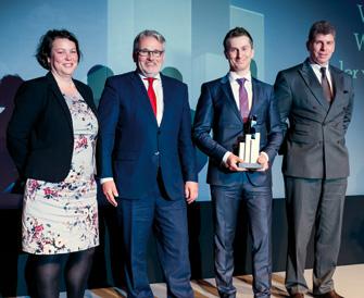 Laudatorin Prof. Dr. Kristin Wellner war voll des Lobes, als Dr. Hans-Wilhelm Korfmacher und sein Kollege Sascha Pinger den Award von Dr. Matthias Danne (Vorstand Deka Bank) in Empfang nahmen. (© Andreas Schwarz)