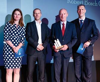 Jeanette Leuch gratulierte den Preisträgern Martin Blosch und Hans-Hermann Ruebel ebenso wie Philipp Lehner, der die Ehre hatte, diesen Award zu überreichen (v.l.n.r.). (© Andreas Schwarz)