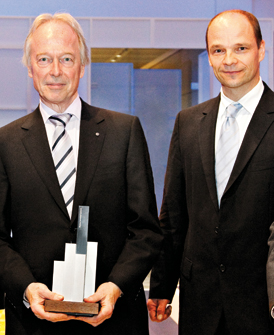 Dr. Andreas Kretschmer, Hauptgeschäftsführer der Ärzteversorgung Westfalen-Lippe, und Geschäftsführer Markus Altenhoff (rechts) 2012 mit einem Award von portfolio institutionell.