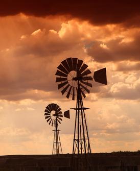 Traditionelle Windkraftanlagen in Afrika (Quelle: Shutterstock)