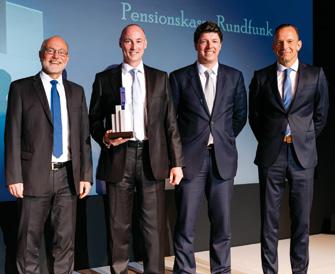 Auch wenn es bereits der zweite Award für die Pensionskassenvorstände Frank Weidenbusch und Martin Schrader war: Sie nahmen den Award von Thomas Rottler stolz und im Beisein von Juror Thomas Bauerfeind (v.l.n.r.) entgegen. (© Andreas Schwarz)