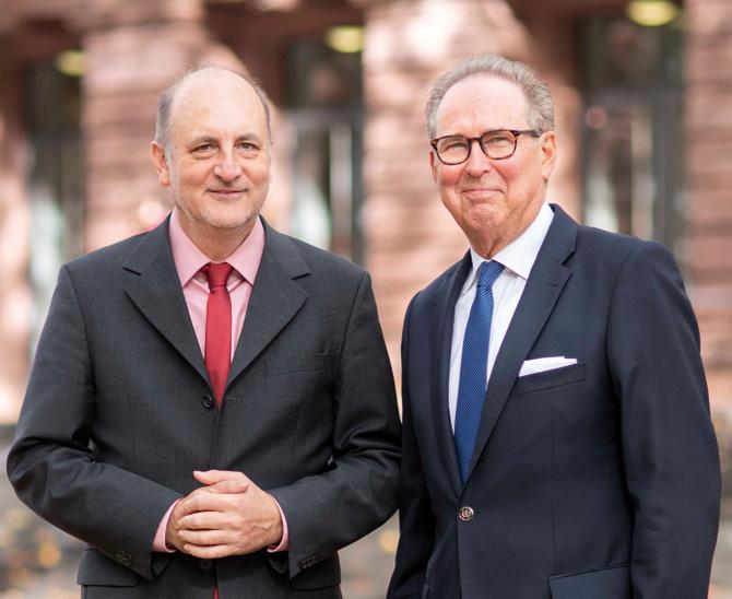 Dr. Gert Beger (rechts), Präsident der Versorgungsanstalt bei der Landszahnärztekammer Rheinland-Pfalz (VARLP) und Dr. Matthias Ermert, Direktor der VARLP