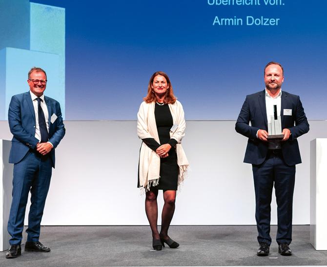 Wie es von 'Unique performance' zum Firmennamen Uniper kam, berichtete Uniper-Kapitalanleger Martin Eisele. Armin Dolzer (links) vom Sponsor Macquarie und Jury-Lead Jeanette Leuch waren voll des Lobes und das nicht nur, aber auch wegen der Performance.